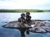 Det finns många sjöar i Småland och ännu fler kobbar. Yaghan och Tina vilar sig efter att ha apporterat Frisbyn.